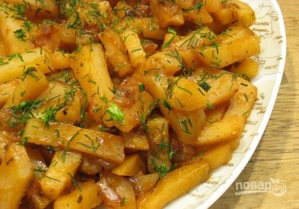 4. Вот такая тушеная картошка в мультиварке получилась. Перед подачей можно добавить немного свежей зелени. Приятного аппетита!