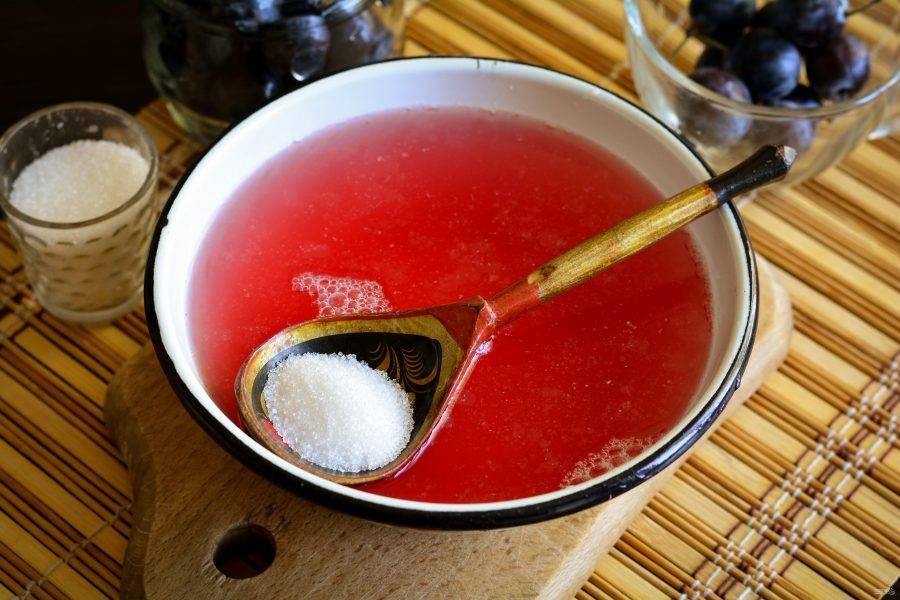 Слейте жидкость и сварите сироп: закипятите и добавьте сахар. Размешайте и сироп готов.