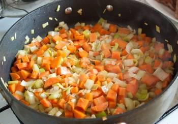 3. Когда лук станет румяным - добавим мелко порезанные остальные овощи. Тушим, добавив специи, соль и перец по вкусу.