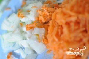 Лук мелко-мелко нарубить, морковь натереть на терке.
