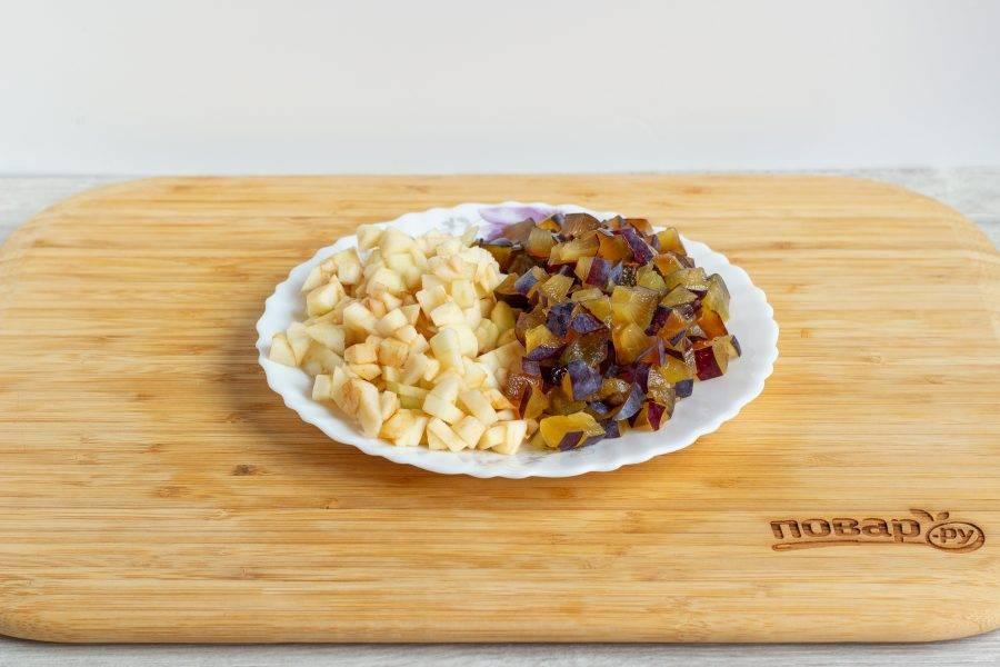 Нарежьте отложенную мякоть яблока и сливу небольшими кусочками.