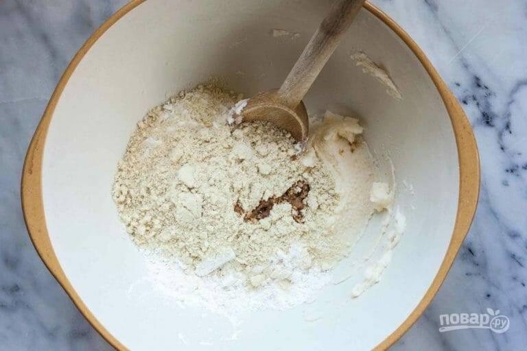 2.Добавьте в миску пшеничную муку, кукурузный крахмал, миндальную муку и соль, все тщательно перемешайте.