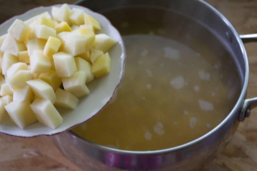 Когда горох хорошо разварится, добавьте к нему зажарку и картофель. Варите до готовности картофеля.