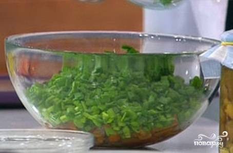 На дно глубокой салатницы выложите соленые опята. Выкладывайте их шляпками вниз, готовый салат будет выглядеть аккуратнее. Сверху выложите порезанный зеленый лук.