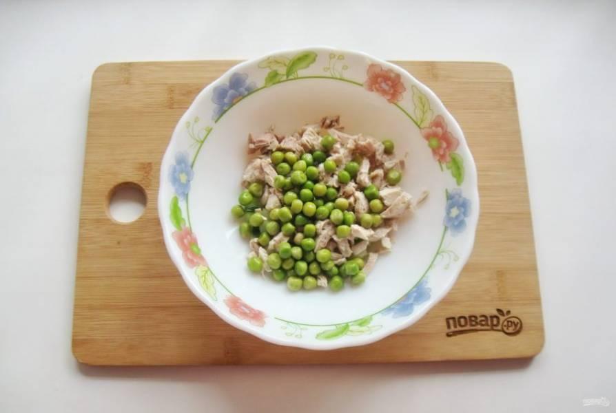 Зеленый горошек отварите до мягкости, охладите и выложите в салат.