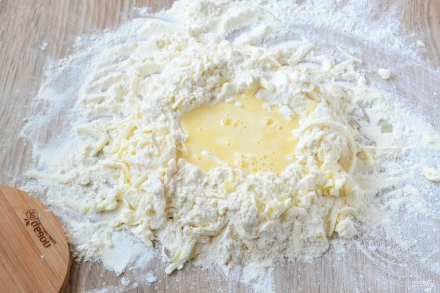 Затем в полученной масляной крошке сделайте углубление и залейте туда подготовленную заранее жидкую массу.