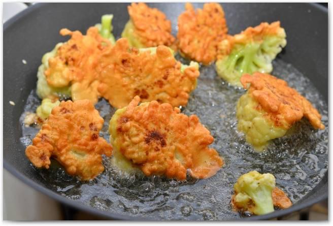5. Разогреваем растительное масло на сковороде, и обжарим капусту со всех сторон.