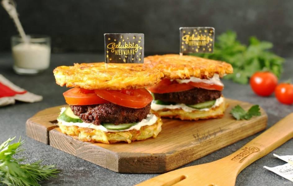 Драник-бургер готов. Можно сразу подавать к столу. Приятного аппетита!