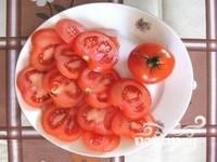2. Затем нарезаю помидор. Лучше всего резать колечками.