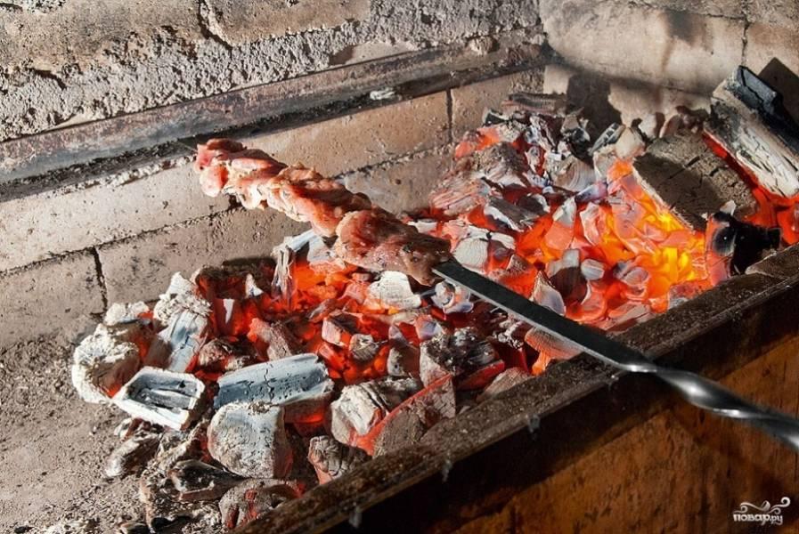 7. Обжариваем шашлык на углях до полной готовности, все время переворачивая, чтоб не подгорел.