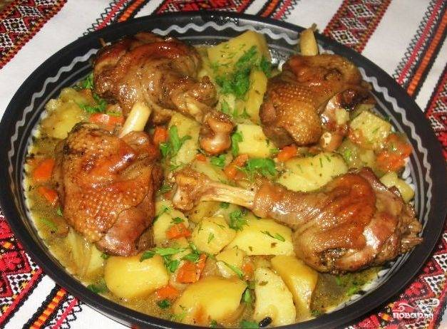 6. Тушим около часа на слабом огне и подаем в горячем виде, украсив зеленью. Тушить гуся лучше в емкости с толстыми стенками, а лучше в жаровне - так блюдо получится вкуснее.
