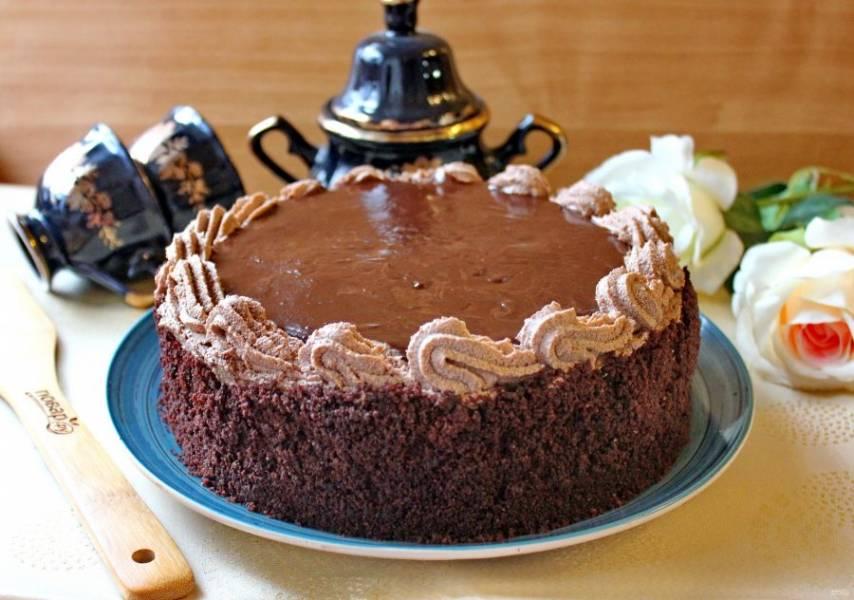 Середину залейте приготовленной глазурью. Обрезки от коржа измельчите и посыпьте бока торта.