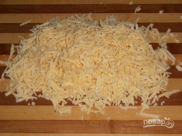 Сыр натираем на средней или крупной терке.