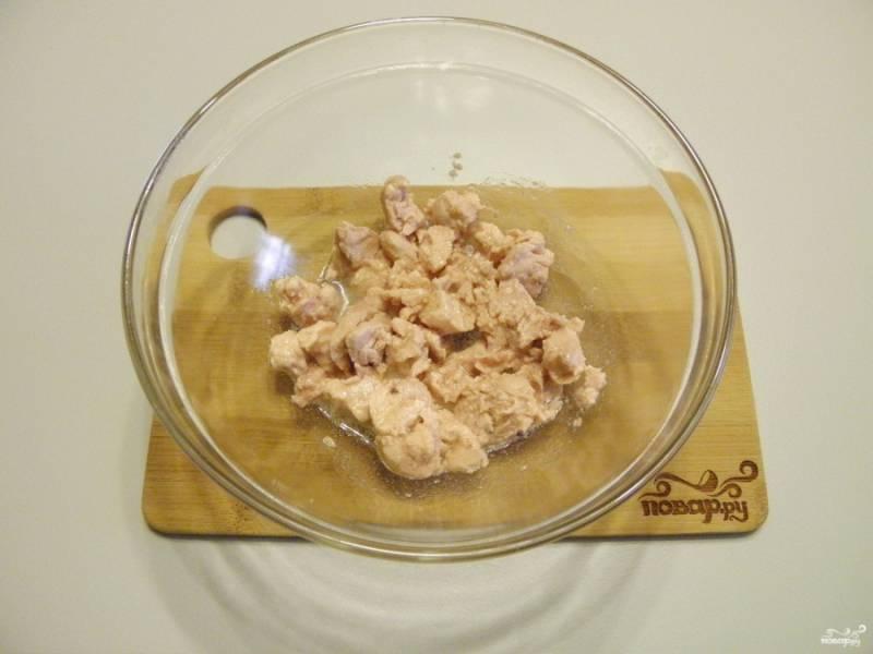 Откройте баночку печени трески, часть жира слейте, часть оставьте с печенью. Переложите в салатник, печень разомните вилочкой.