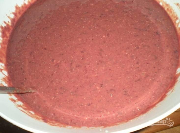1.Печень вымойте, затем удалите прожилки и нарежьте ее мелко, залейте молоком и оставьте на 30 минут. Спустя время перекрутите печень в блендере или в мясорубке, добавьте оставшееся молоко, яйца, муку, посолите. Обжарьте блины на сковороде.