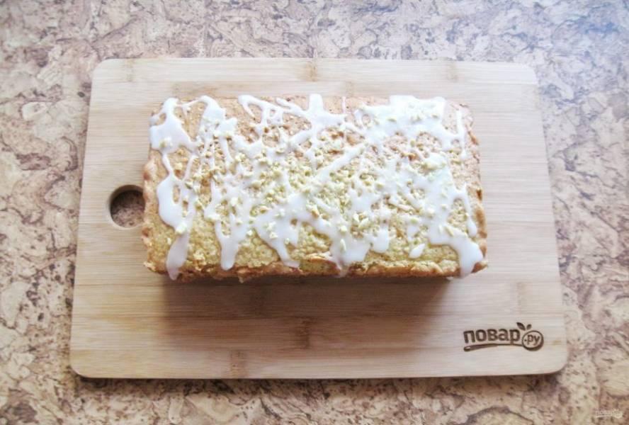 Украсьте кекс по вкусу. У меня это глазурь из сахарной пудры. Но можно кекс полить шоколадом или просто посыпать сахарной пудрой.