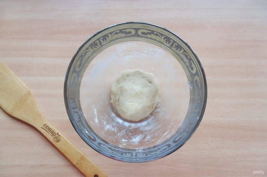 Добавьте холодную воду и замесите мягкое, не липнущее к рукам тесто. Отправьте его в холод на 30 минут.