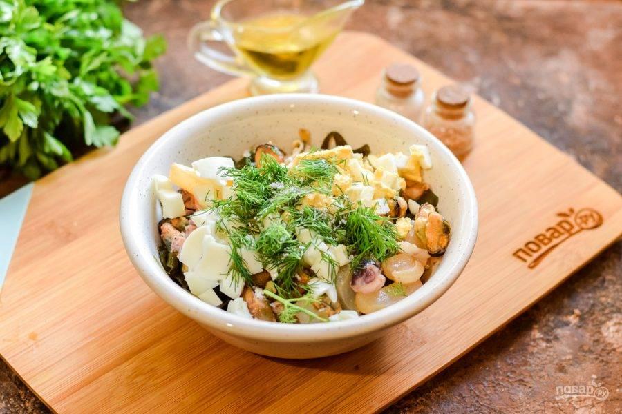 Добавьте в салат по желанию немного зелени. Если морской коктейль маринованный, масло добавлять не нужно, если вареный — добавьте ложку растительного масла, соль и перец.