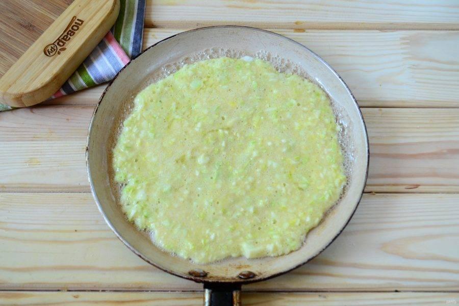 На сковороде разогрейте небольшое количество растительного масла. Выложите небольшое количество кабачкового теста и разровняйте его тонким слоем по всей плоскости сковороды. Жарьте с обеих сторон до золотистого цвета. Поскольку кабачковые блины получаются намного толще обычных тонких блинчиков, то жарить их необходимо на очень медленном огне и достаточно долго — по 5-6 минут с каждой стороны.