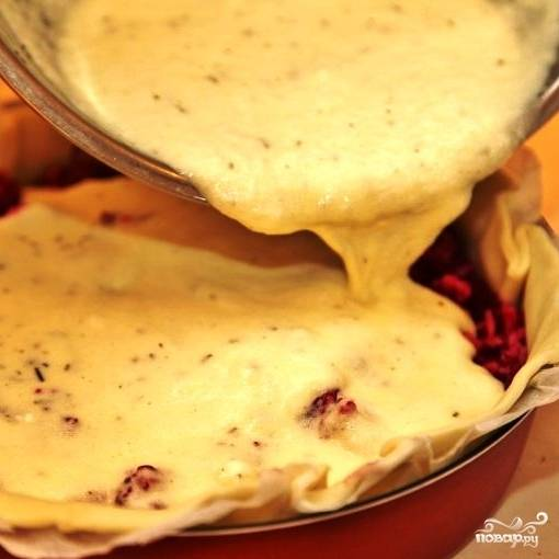 Получившейся массой заливаем нашу начинку пирога. Ставим пирог в духовку, предварительно разогретую до 220 градусов, и запекаем 30-35 минут.