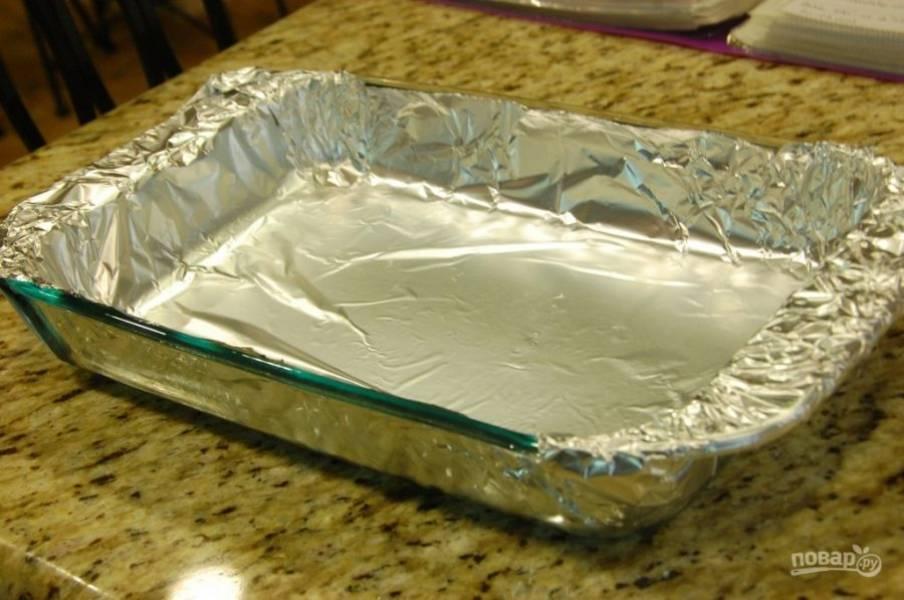 1.Застелите форму для выпечки фольгой, смажьте ее маслом и отставьте в сторону.