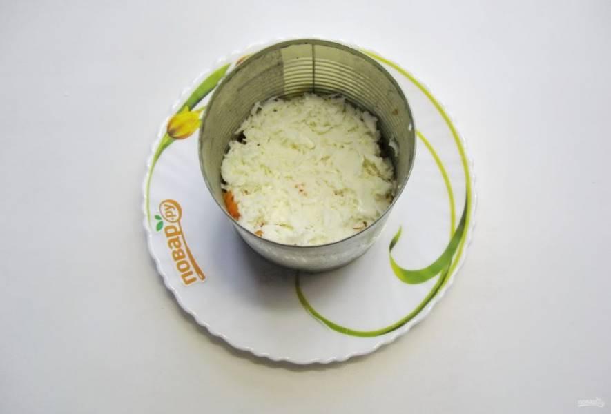 Яйца сварите вкрутую, охладите и очистите. Белок отделите от желтка. Натрите белок на терке и выложите следующим слоем салата. Также смажьте белки майонезом.