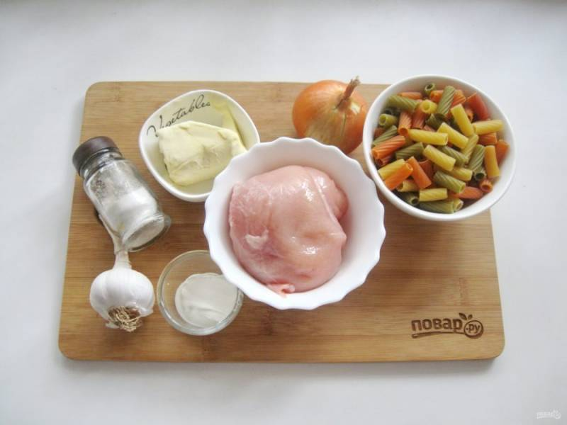 Подготовьте ингредиенты для приготовления макарон по-венгерски.