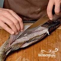 Рыбу почистить, выпотрошить и вымыть. Отделить филе от хребта, вынуть кости.