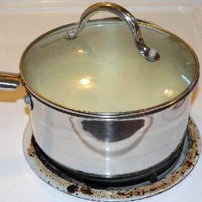 Накрыть суп крышкой и томить на медленном огне в течение 30 минут.