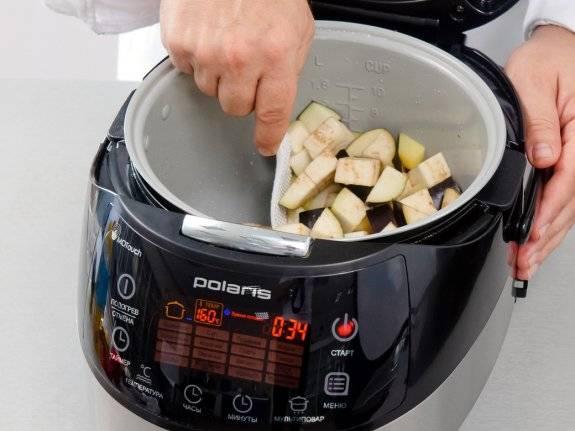 Выкладываем мясо. Заливаем в чашу растительное масло и закидываем картофель, жарим его 10 минут, потом закидываем баклажаны. Через пять минут закидываем в мультиварку мясо и заливаем 1/2 стакана воды. Перемешиваем и тушим 35 минут.