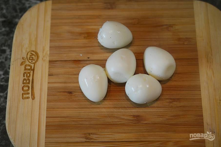1. Перепелиные яйца отварите, затем очистите.