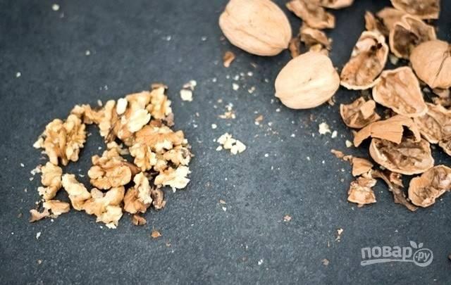 1.Грецкие орехи почистите, ядра превратите в крупную крошку удобным для вас способом: положите в пакет и разбейте скалкой или прокрутите в блендере 1-2 секунды.