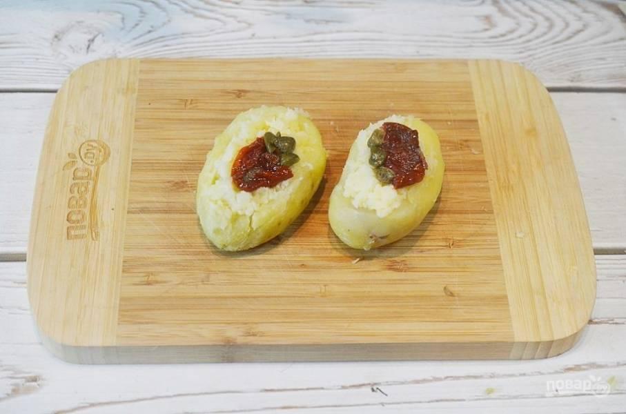6. В центр положите по вяленой помидорке, анчоусу и несколько каперсов.