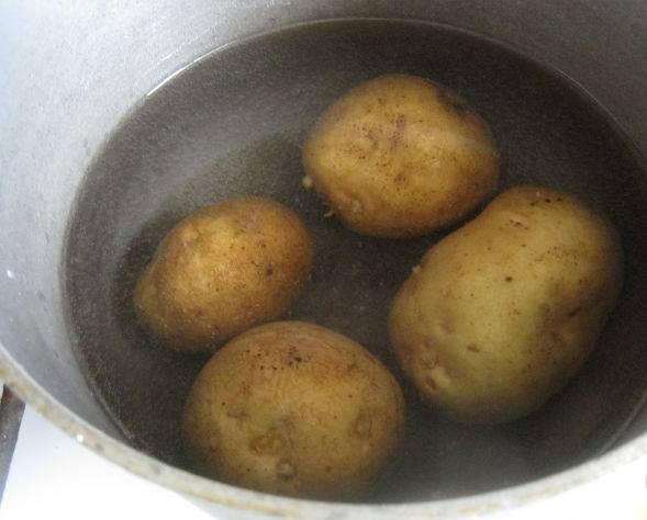 Картошку отварите в мундирах, почистите.