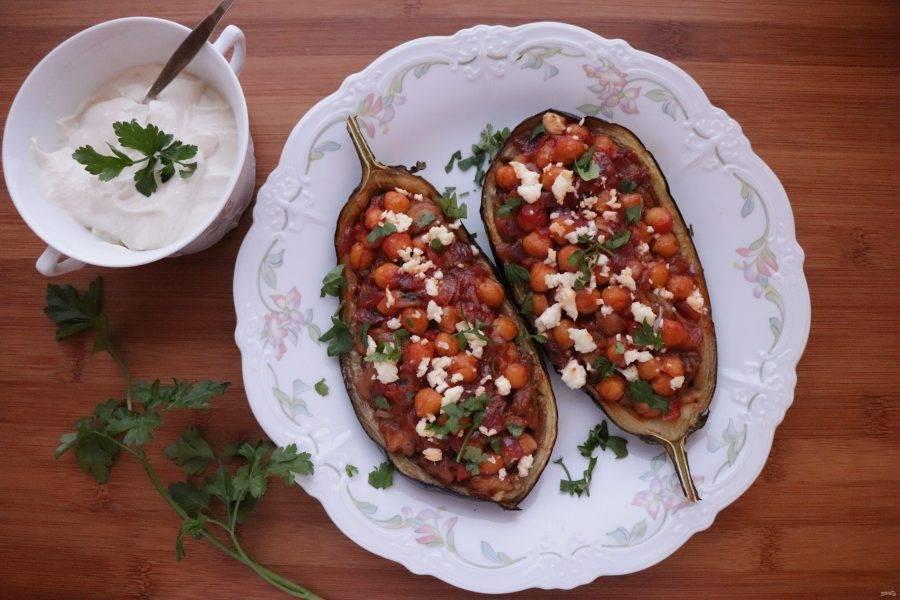 Запеченные баклажаны подавайте с приготовленным соусом и измельченной петрушкой. Приятного аппетита!