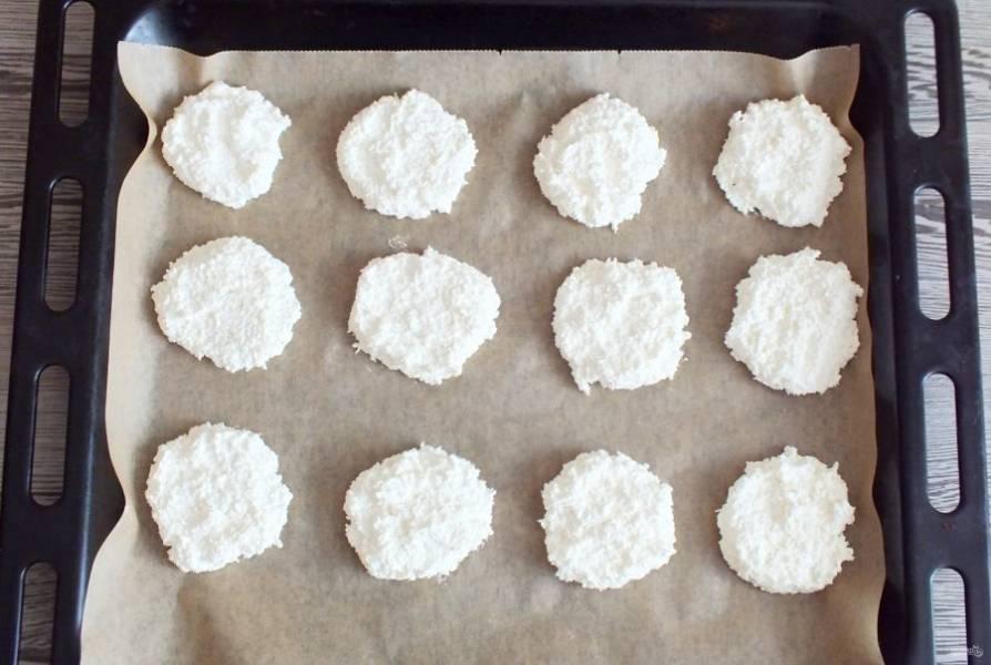 Разогрейте духовку до 100 градусов. На противень выложите столовой ложкой на расстоянии друг от друга тесто. Поставьте в духовку на 40 минут.