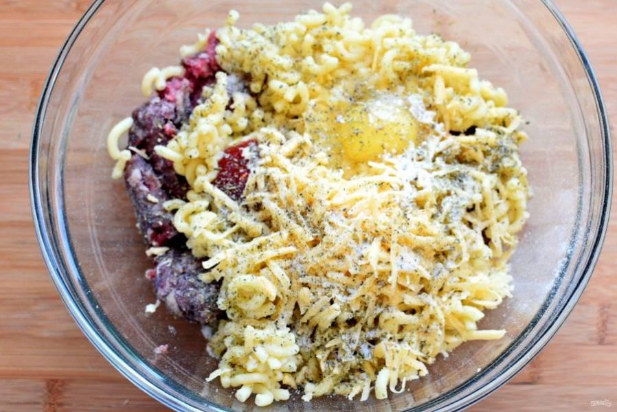 Мелкие  макароны отварите аль-денте, слейте воду и остудите. Смешайте с фаршем, томатной пастой или соусом, яйцом и тертым сыром. Посолите и поперчите по вкусу и обязательно добавьте немного орегано. Хорошо вымешайте фарш и дайте ему постоять минут 15. Яйца можно добавить и два, если они не слишком крупные. В любом случае, фарш не должен быть жидким.