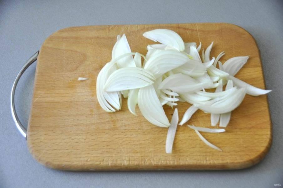 Нарежьте перышками лук.