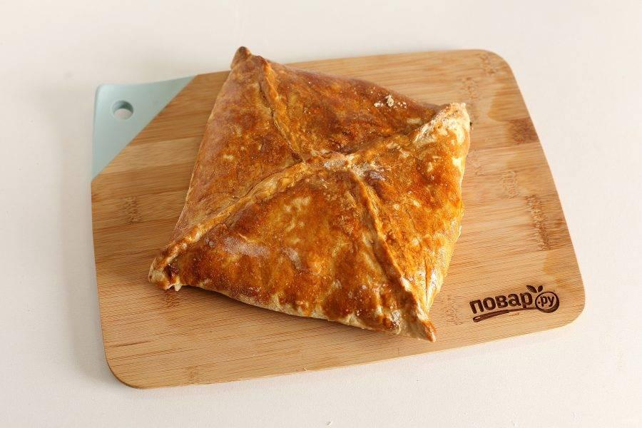 Смажьте пирог взбитым желтком и выпекайте в духовке при температуре 180 градусов около 40-50 минут.