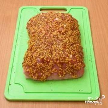 2.Натереть мясо солью и перцем и обильно смазать горчицей.