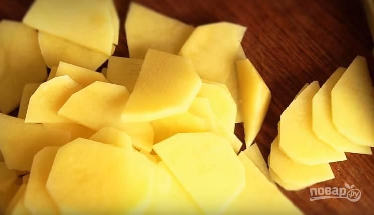 1. Картофель очистите и нарежьте тонкими небольшими ломтиками.