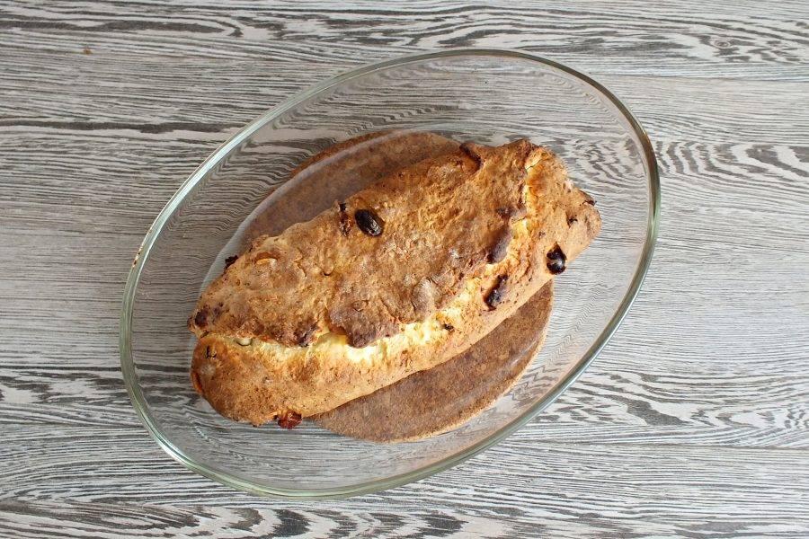 По истечении времени поверьте готовность кекса деревянной шпажкой. Она должна быть сухой. Достаньте кекс из духовки.