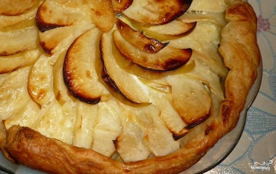 Выпекайте пирог в духовке 30 минут, температура — 200 градусов.