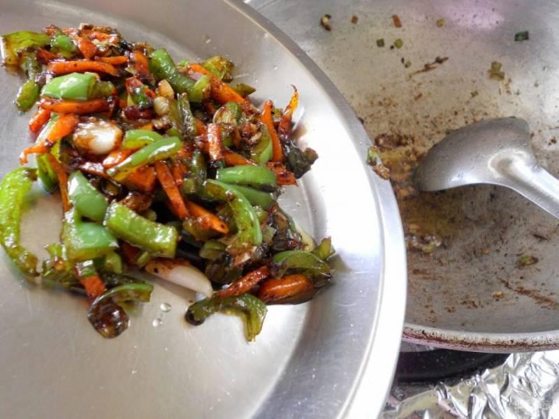 9.Ложкой удалите обжаренные овощи со сковороды и переложите их в тарелку.