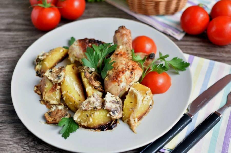 Блюдо готово, подавайте к столу со свежими овощами. Приятного аппетита!