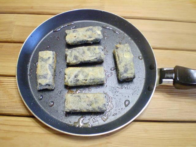 12. Вегетарианская рыба готова. Снимите со сковороды, украсьте зеленью и подавайте к столу теплой.