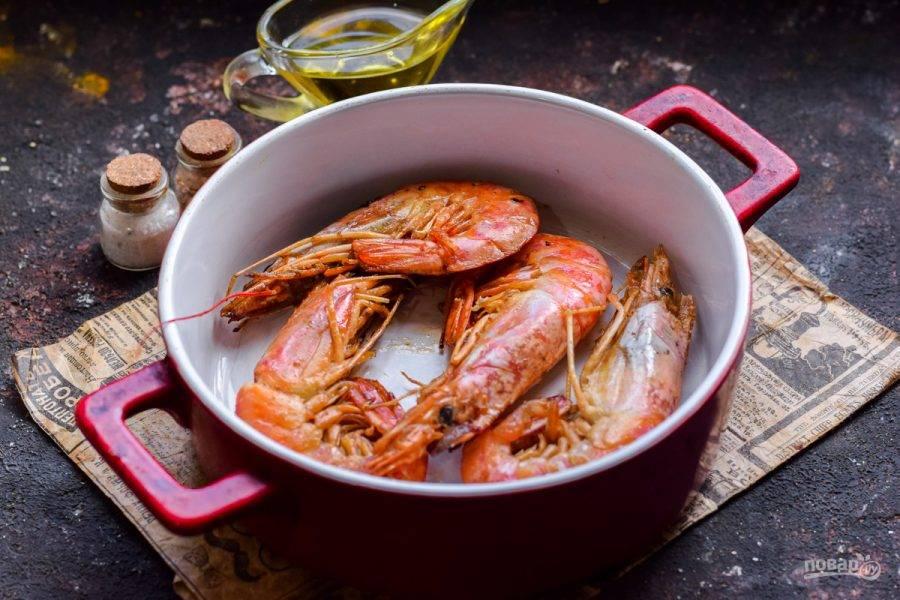 Крупные креветки смажьте маслом и посыпьте специями, после их можно запечь или поджарить на сковороде, по 3 минуты с каждой стороны.