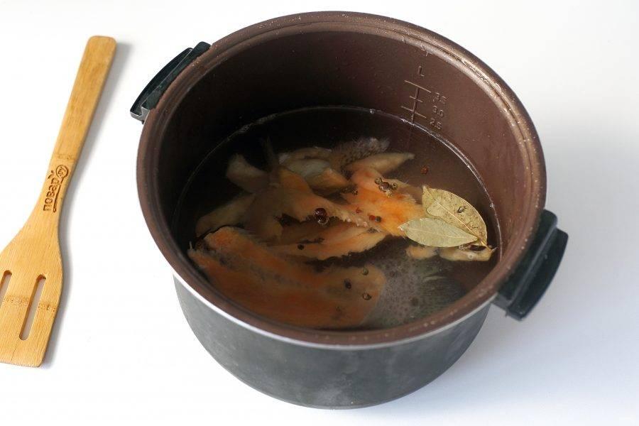 """В чашу мультиварки налейте воду, добавьте набор из семги, лаврушку, перец горошком и соль. Установите режим """"Суп"""" или """"Мультиповар"""", и варите бульон после закипания 20 минут."""