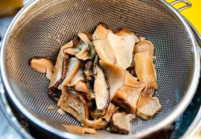 Для начала необходимо замочить грибы в горячей воде (3 стакана) примерно на 15-20 минут. Затем воду сливаем в кастрюльку (она нам еще пригодится), грибы нарезаем на довольно крупные куски, а грибной настой хорошенько процеживаем.