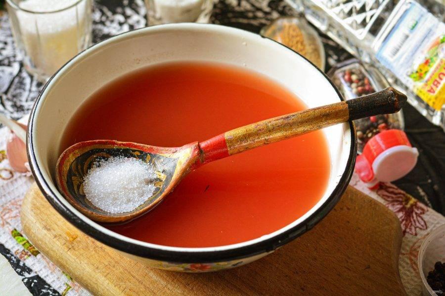 Сварите маринад из воды, кетчупа и специй. Вскипятите воду, всыпьте сахар, соль, размешайте и добавьте кетчуп, можно чили или другой. Проварите маринад 2-3 минуты.